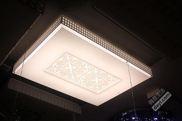 这个是简约的现代中式风格!大自然的吸顶灯很有设计感!